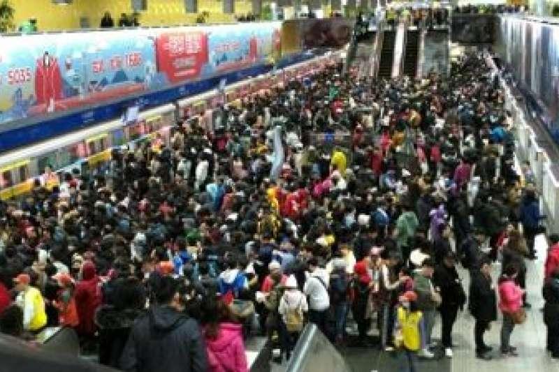 台北市跨年晚會12月31日晚間在市民廣場登場,於元旦凌晨1時落幕。台北捷運公司統計,截至凌晨2時止,台北市政府周邊4站運量為34.6萬人次。(台北市政府提供)