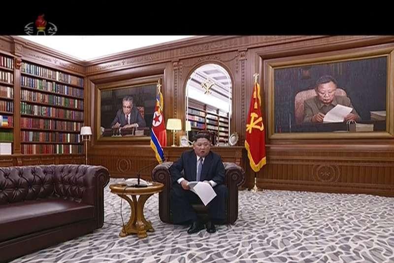 2019年1月1日,北韓官媒朝鮮中央電視台播出北韓最高領導人金正恩發表的新年賀詞,後面有金日成、金正日肖像。(AP)