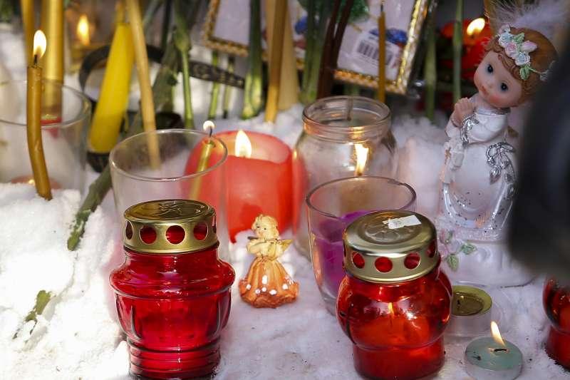 民眾在坍塌現場擺放蠟燭、鮮花、玩具以示哀悼(AP)