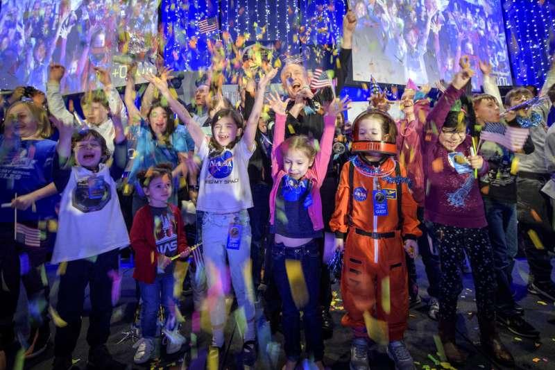 2019年1月1日,美國航空暨太空總署(NASA)「新視野號」太空船成功飛掠小行星「終極遠境」,計畫首席科學家史騰與孩童同樂。(AP)