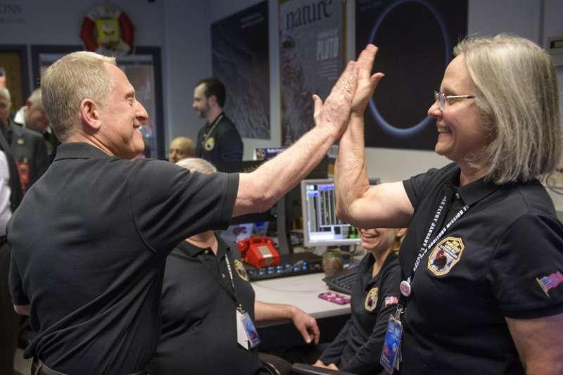 2019年1月1日,美國航空暨太空總署(NASA)「新視野號」太空船成功飛掠小行星「終極遠境」,計畫首席科學家史騰(左)與計畫執行包曼(右)擊掌。(AP)