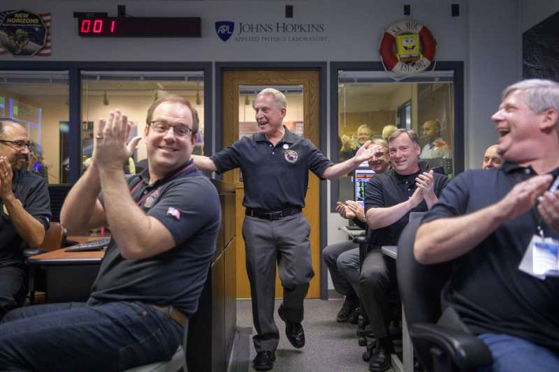 2019年1月1日,美國航空暨太空總署(NASA)「新視野號」太空船成功飛掠小行星「終極遠境」,計畫首席科學家史騰(中)與同仁慶賀。(AP)