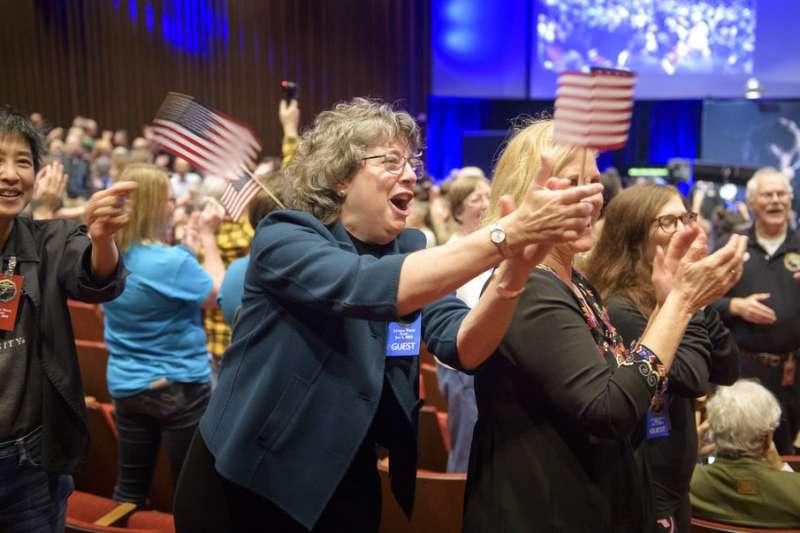 2019年1月1日,美國航空暨太空總署(NASA)「新視野號」太空船成功飛掠小行星「終極遠境」,在場民眾歡欣鼓舞。(AP)