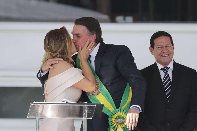 巴西新總統博索納羅於2019年1月1日宣誓就職,圖為博索納羅與妻子蜜雪兒。(AP)