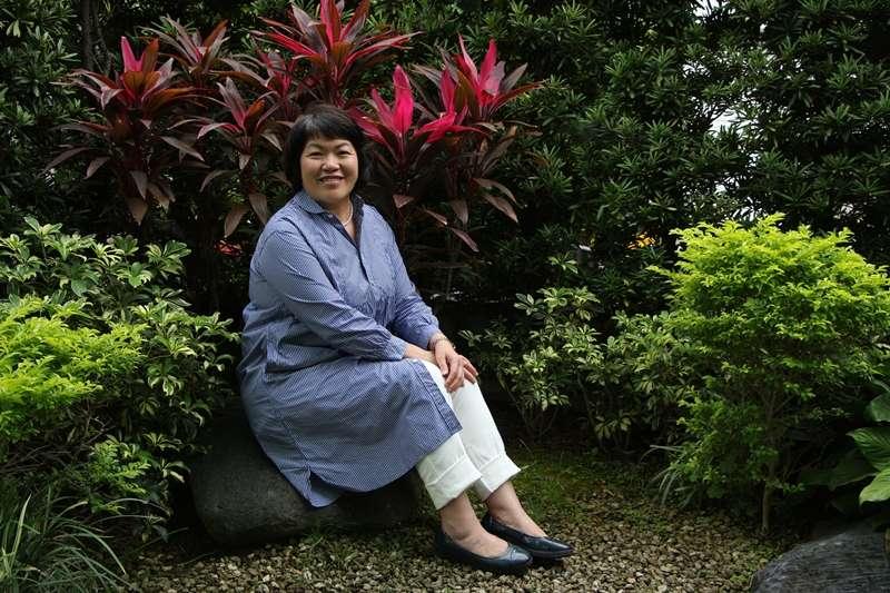 從小愛書、惜書,張芳玲投身出版業超過20年,目前擔任總編輯的她,肩負著出版業務的龐大使命。(圖/張芳玲 提供)