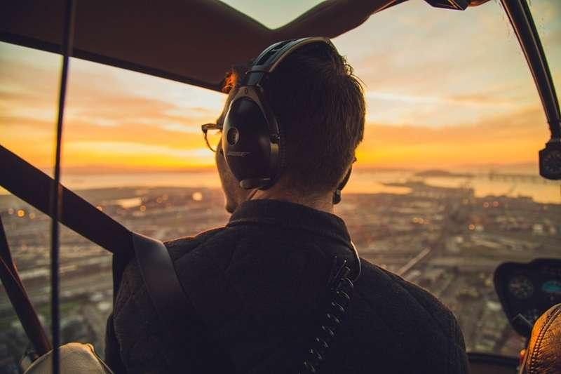 掌握著乘客的生命安全,機師的每項工作都關乎重大的使命。(圖/取自pixabay)