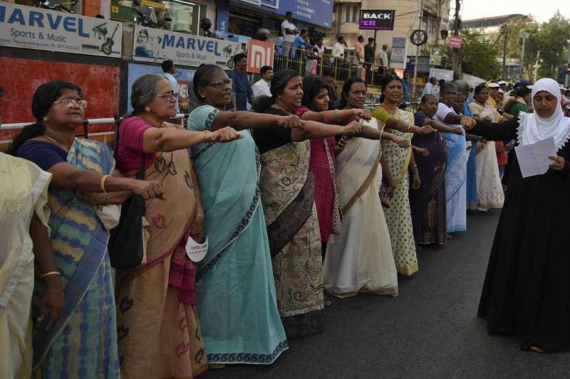 今年元旦,喀拉拉邦數十萬婦女響應「女性之牆」的活動,她們組成620公里長的人牆,表達對性別平等的支持(美聯社)