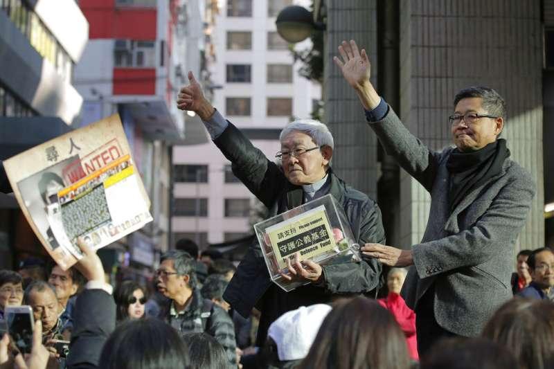 2019年1月1日,香港組織「民主人權陣線」(民陣)舉辦「香港未完蛋,希望在民間」遊行,香港榮休主教陳日君(右二)與占中發起人之一的陳健民(右一)。(AP)