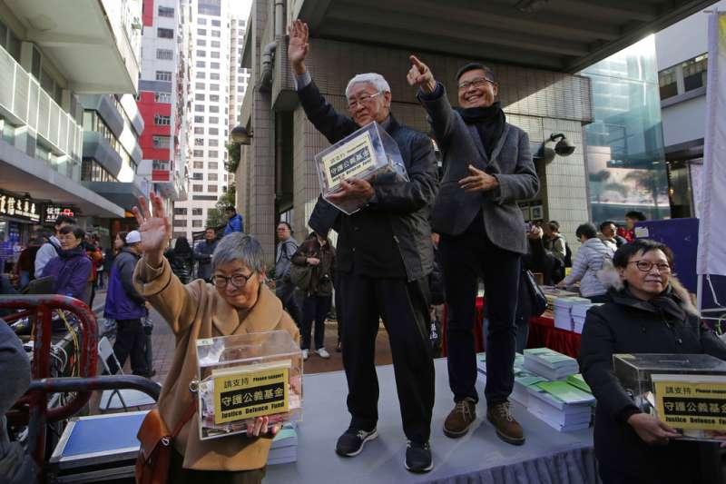 2019年1月1日,香港組織「民主人權陣線」(民陣)舉辦「香港未完蛋,希望在民間」遊行,香港榮休主教陳日君(右三)與占中發起人之一的陳健民(右二)。(AP)