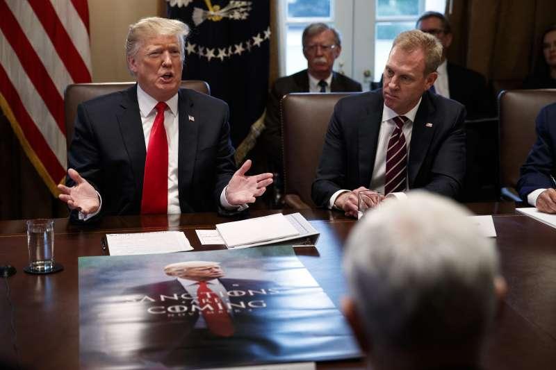 美國總統川普與國防部代理部長夏納翰(AP)