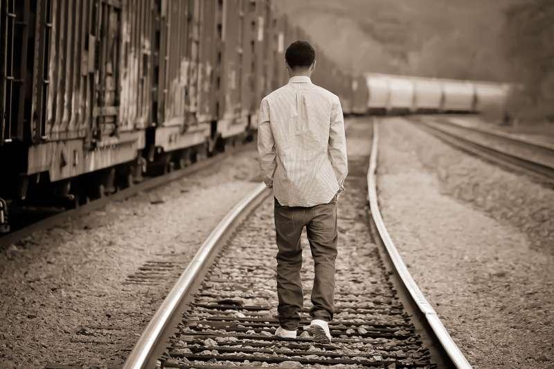 20190103-示意圖非本人。還沒18歲的阿文,已經在想著讀完汽修科之後直接找工作;當其他的孩子正憧憬著異地的大學生活時,他分擔起家裡的生計,盡力地養活自己與生病的媽媽。(示意圖/pixabay)