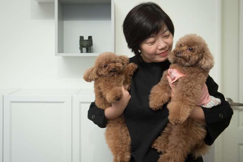 被稱為臺灣的「禮俗權威」的郭慧娟,也是「死亡咖啡館」的女主人,認為死亡就是人生的意外,每天都「活在當下」。(上報提供;李昆翰攝影)
