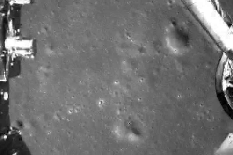 2019年1月3日,中國「嫦娥四號」探測器降落月球背面途中拍攝的月球地表影像(AP)