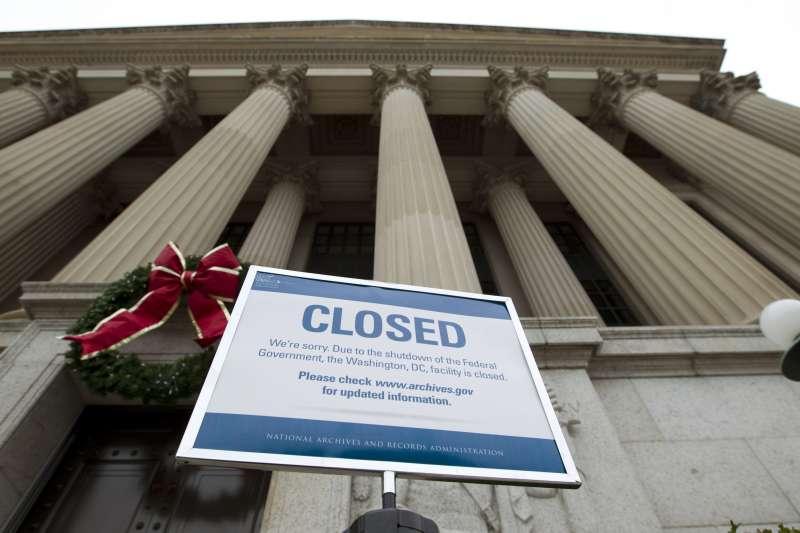 時序進入2019年,美國聯邦政府持續部分停擺,圖為華府國家檔案館(AP)