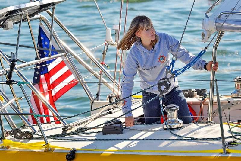 美國加州一名16歲女孩桑德蘭挑戰駕駛帆船航行全球,但途中遇險返家。桑德蘭將自己的船隻「狂野之眼」(Wild Eyes)留在海上。(AP)