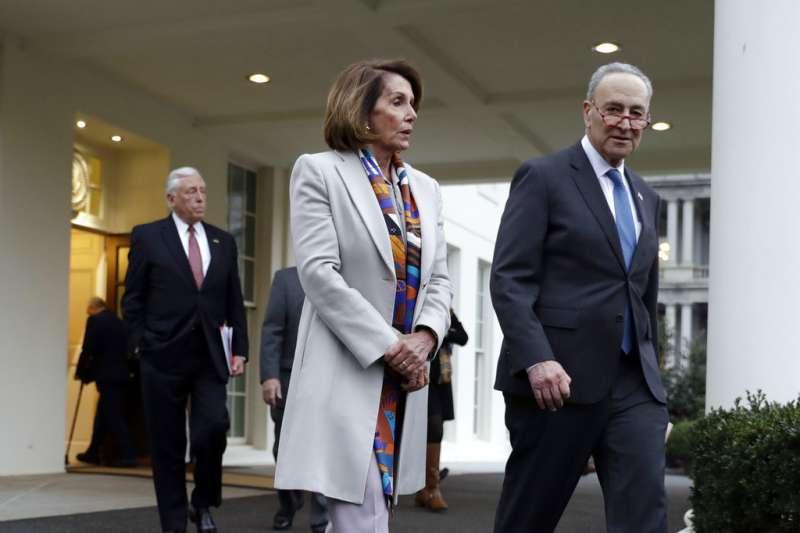 2019年1月2日,美國民主黨聯邦眾議院領袖裴洛西(Nancy Pelosi,左)與民主黨聯邦參議院領袖舒默(Chuck Schumer)步出白宮。(AP)