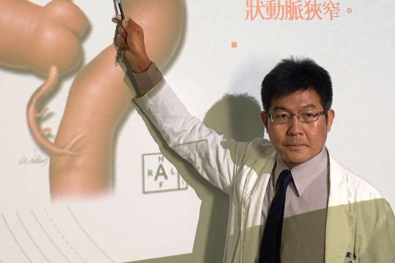 台中榮總醫院心臟外科蔡忠霖醫師指出手術位置。(圖/台中榮總醫院提供)