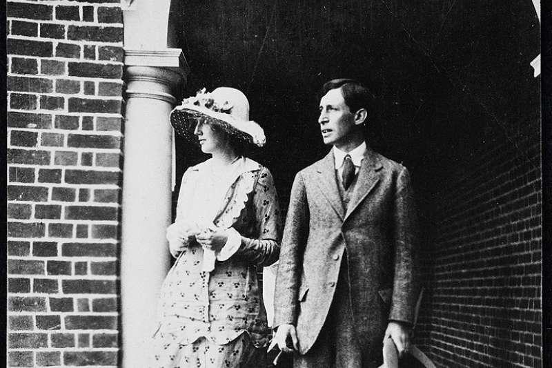 1912年7月23日,吳爾芙與雷納德訂婚照(Wikipedia/Public Domain)
