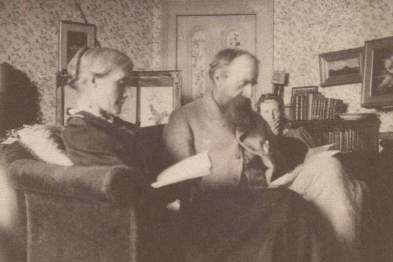 吳爾芙(右後)與父親史蒂芬爵士(中)及母親茱莉亞(左)(Wikipedia/Public Domain)