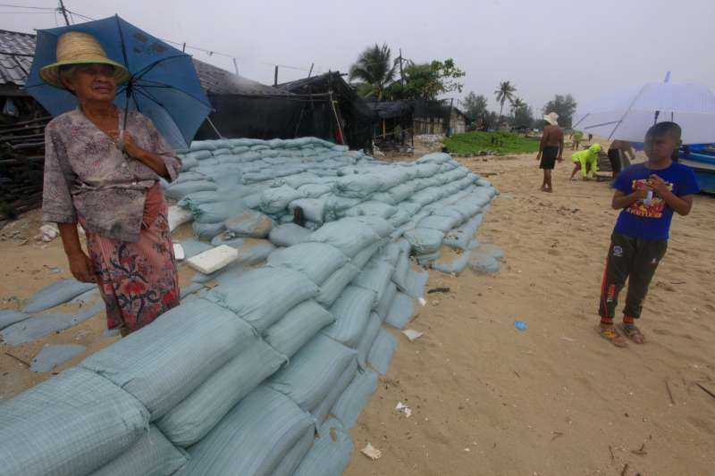 2019年首個颱風「帕布」將侵襲泰國南部,當地民眾嚴陣以待(AP)