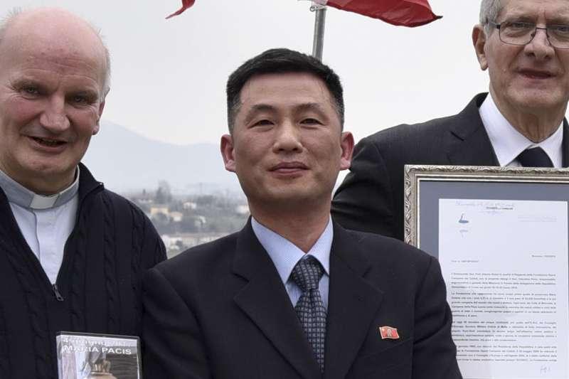 北韓駐義大利大使館臨時代辦(代理大使)曹成吉(中),2018年11月之後消失無蹤,疑似尋求義大利政府庇護(AP)