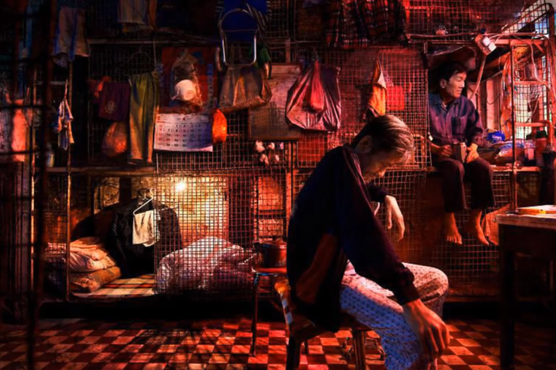 香港居住問題是個公開的秘密,圖為籠屋,就是如同動物籠子的房屋,住在裡面的人也被稱作「籠民」。(圖片截自Youtube)