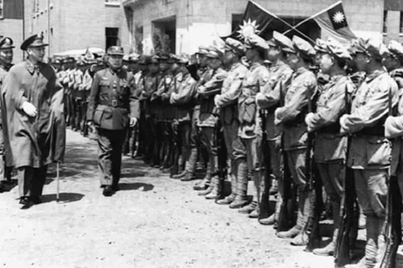 歷史很難以二分法定義,跟著蔣介石來台的軍隊不乏曾站在軸心國陣營者。圖為國共內戰期間,1946年5月27日,國軍在四平大敗林彪共軍後,蔣介石國防部長白崇禧在東北保安司令杜聿明(右)陪同下,在瀋陽視察國軍。