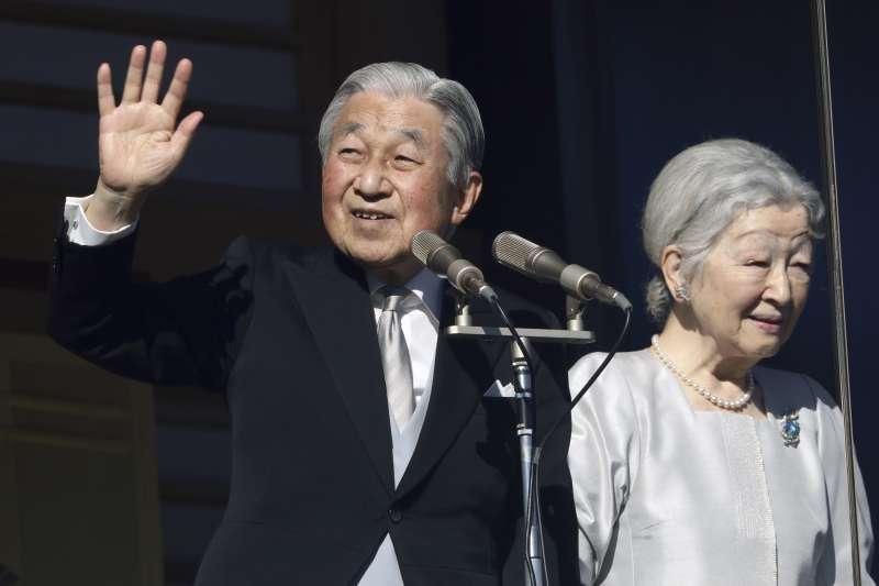 為拯救下跌的聲勢,韓國政府官員羞辱日本天皇明仁(左)是「戰犯之子」。 (AP)