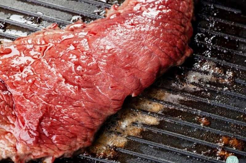 為什麼明明同樣都是肉?牛肉可以吃三分熟?豬肉卻只能吃全熟呢?(圖片由食力FoodNEXT提供)