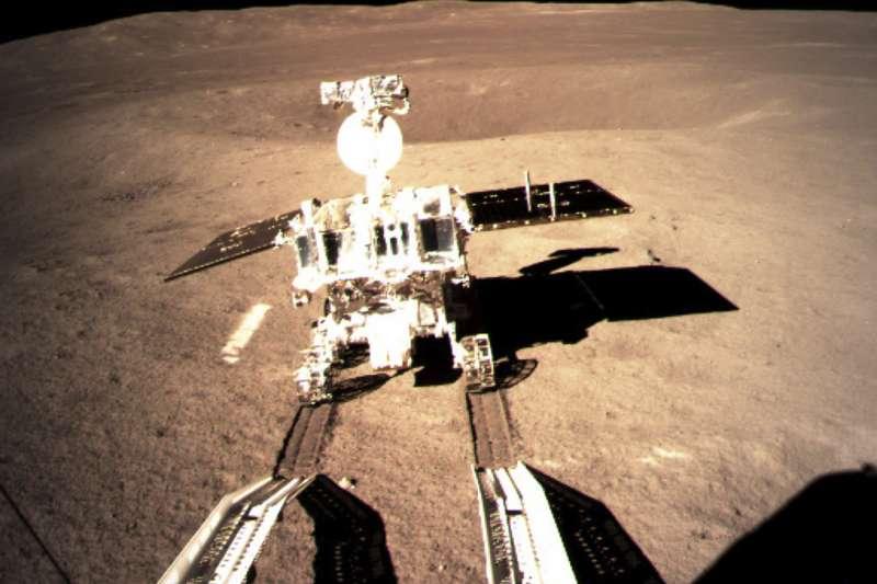 2019年1月,中國「嫦娥四號」的月球車「玉兔二號」順利駛抵月球背面(AP)
