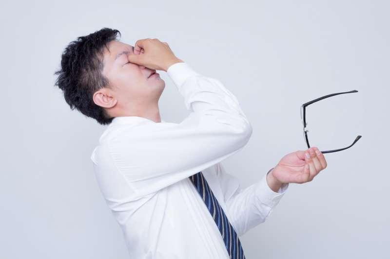 如果眼睛長期出現乾澀、畏光的情況不要輕忽,小心可能是乾眼症找上門。(圖/すしぱく@pakutaso)