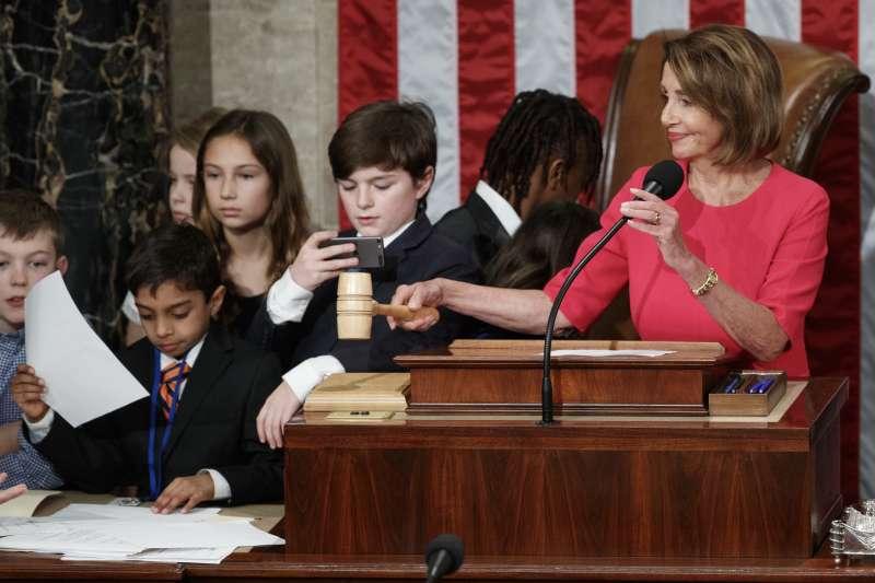 2019年1月3日,美國聯邦眾議院開議,議長裴洛西與議員的孩子們玩在一起。(AP)