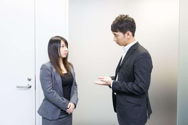 想在職場上脫穎而出,就要能和主管維持良好的職場關係,必須付出不斷的努力和持續的關注,你才會變成對主管、對組織而言的寶貴資源。(圖/すしぱく@pakutaso)