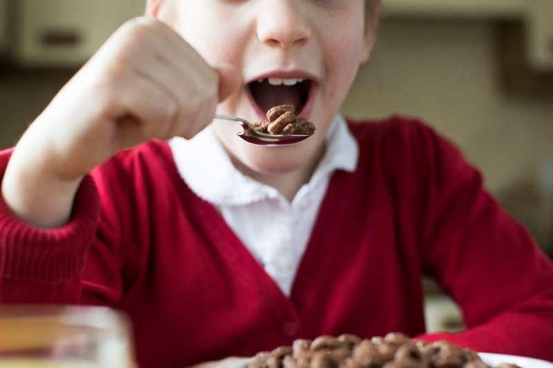 英格蘭公共健康專家警告兒童要減少高糖飲食,避免健康風險。(圖/BBC中文網)