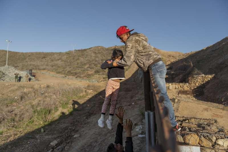 美國與墨西哥邊界,經常有非法移民圖闖關,川普總統要求建牆阻擋(AP)