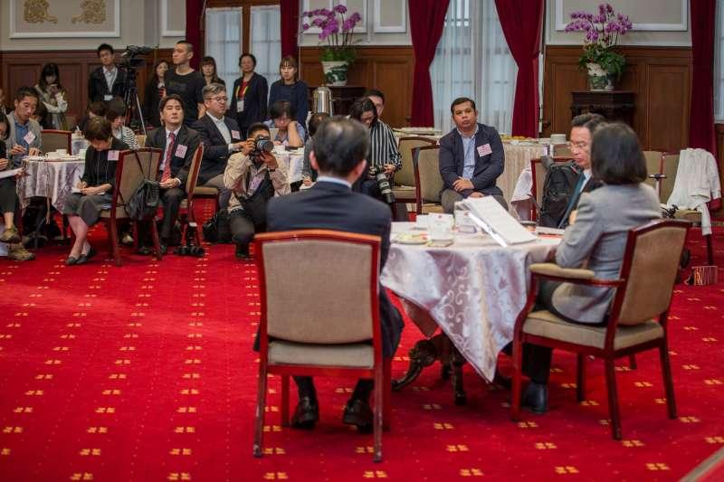 20190105-總統蔡英文5日在外交部長吳釗燮等人陪同下,與國際媒體進行茶敘。(截取自蔡英文臉書專頁)