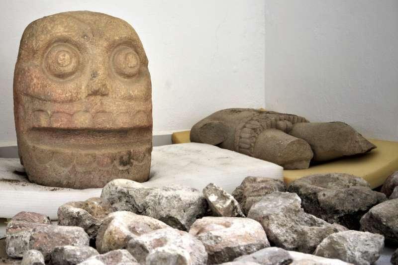 考古學家在出土的遺址發現3個石像,這個石像象徵著被剝皮的被獻祭者(美聯社)