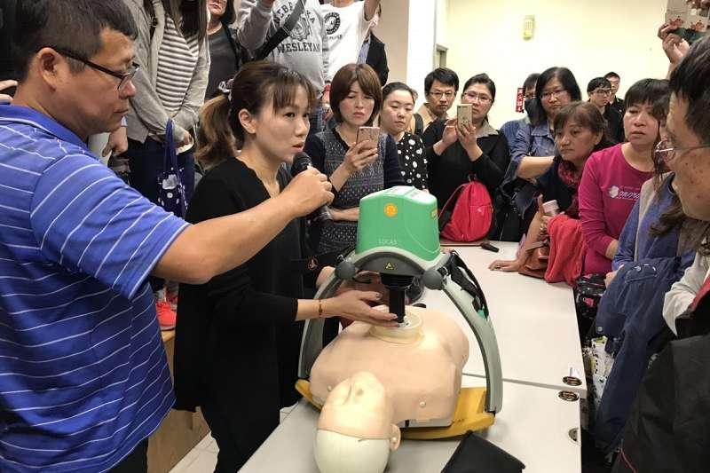 衛生局特別辦理醫療救護組工作人員行前教育訓練,了解2019台灣燈會期間工作執行內容。(圖/屏東縣政府提供)