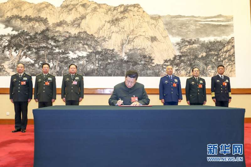 2019年1月4日,中央軍委軍事工作會議在北京召開。中共中央總書記、國家主席、中央軍委主席習近平簽署中央軍委2019年1號命令,向全軍發佈開訓動員令。(新華社)