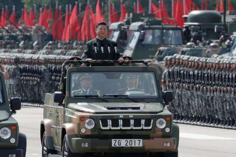 習近平2017年視察駐香港部隊(AP)