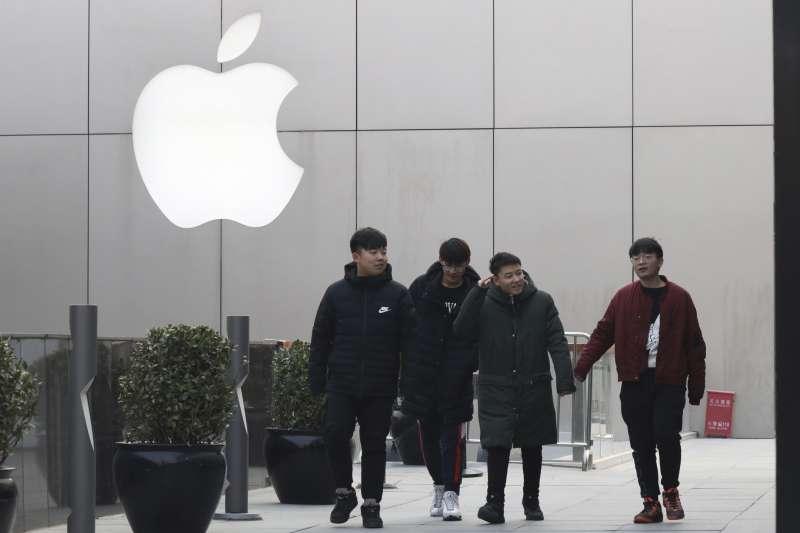 位於中國北京的蘋果直營店。蘋果公司以中國智慧型手機銷售趨緩為由,逾15年來首度下修單季營收預測。(AP)
