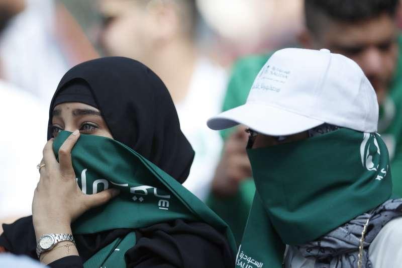 2018年開始,沙國開放讓女性進入體育場觀看足球賽。(美聯社)