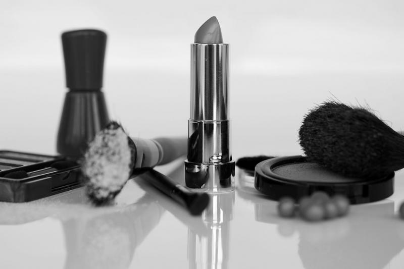 為了確保消費者權益,立法院去年5月修正通過《化粧品衛生安全管理法》,明定業者不得在化妝品廣告中誇大不實及涉醫療效能。示意圖,與本文個案無關。(取自annca@pixabay/CC0)