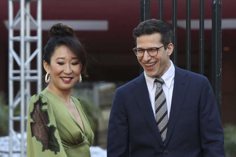 2019年第76屆金球獎(Golden Globe Awards),主持人吳珊卓(Sandra Oh)與安迪山伯格(Andy Samberg)(AP)