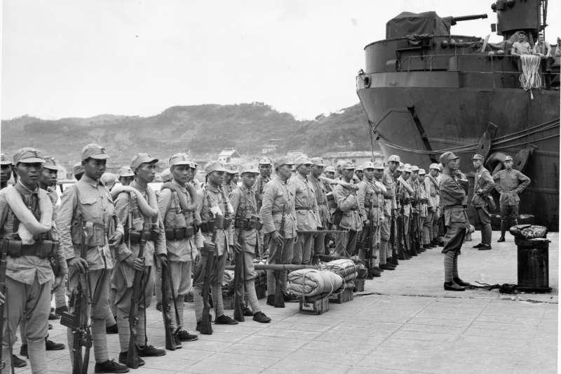 1945年10月17日,搭乘美國軍艦抵達基隆港的國府陸軍第70軍,假若沒有得到美軍幫助,中國軍隊根本無力收復台灣。充分認知到這點的國民政府,自然不會反對美國持續在台駐軍。(美國國家檔案館)