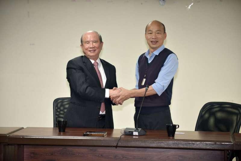義聯集團創辦人林義守(左)7日率隊拜會高雄市長韓國瑜(右),說明投資高雄的各大開發案,未來預計投資約700億元、投入6大開發案,創造2.7萬個就業機會。(高雄市政府提供)