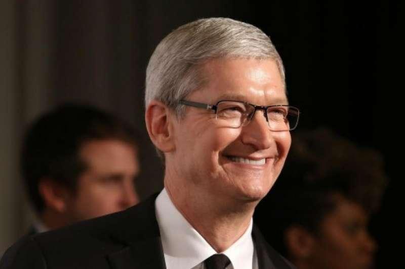 面對iPhone定價太貴導致市占下滑的批評,庫克祭出三策略救市:舊機換新機、分期付款、強化售後服務。(圖/取自shutterstock)