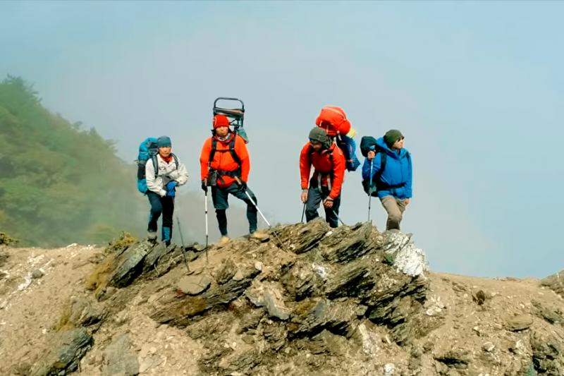 他們花3年揹救命艙上山,希望幫助更多的人。(圖/取自 台灣野外地區緊急救護協會TWMA@youtube)