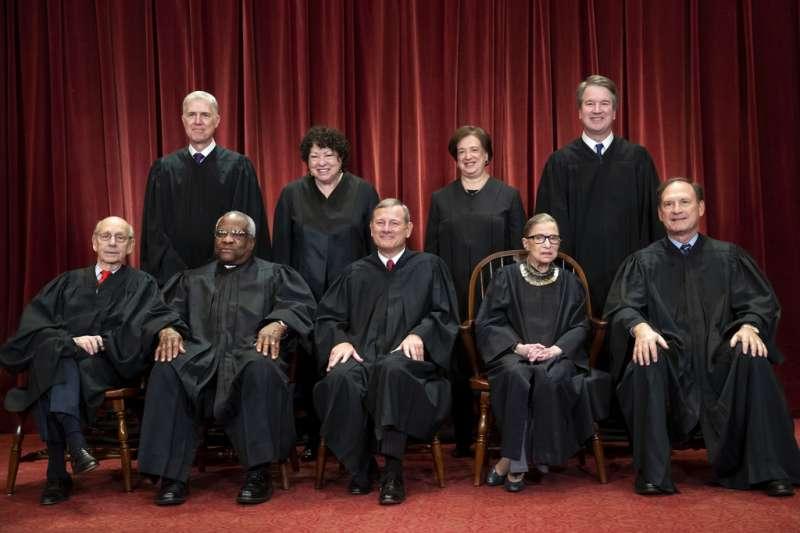 2018年11月30日,美國聯邦最高法院大法官合影,前排左起為布瑞爾、湯瑪斯、首席大法官羅伯茲、金斯堡、阿利托,後排左起為葛薩奇、索托馬約爾、最年輕的女大法官卡根、卡瓦諾。(AP)