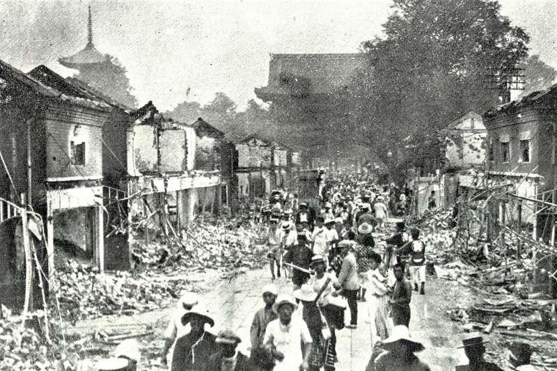 1923年,一場世紀大震襲擊了東京造成14萬人一夕之間死亡、失蹤,這場前所未見的「關東大地震」不但是日本歷史上最致命的自然災害,災後的餘波盪漾更引起一場種族仇恨與屠殺。(圖/維基百科)